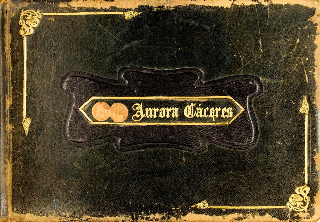 """<a href=""""/items/browse?advanced%5B0%5D%5Belement_id%5D=50&advanced%5B0%5D%5Btype%5D=is+exactly&advanced%5B0%5D%5Bterms%5D=Portada+de+%3CAlbum+de+Aurora+C%C3%A1ceres%3E"""">Portada de <Album de Aurora Cáceres></a>"""